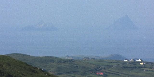 左が小スケリッグ島、右がスケリッグ・マイケル島