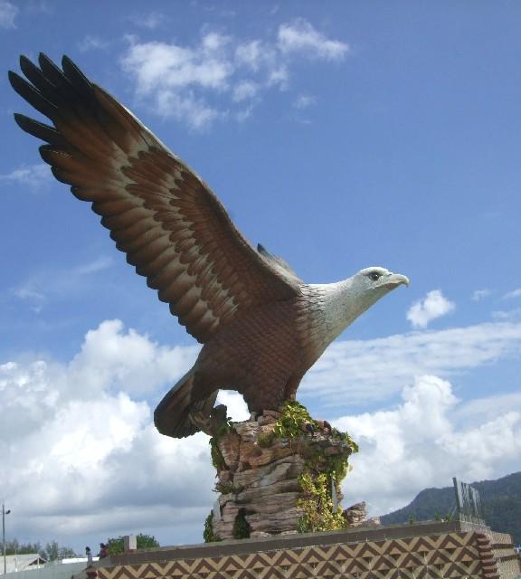 シロガシラトビの巨大な彫像 Statue of Brahminy Kite