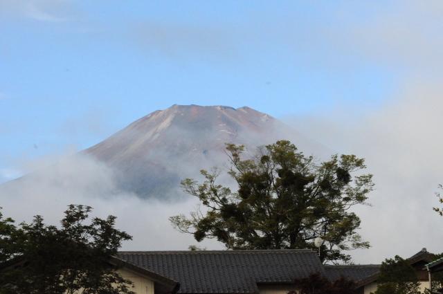 ほんのつかの間の赤富士 山中湖 2011/09/18 Photo by Kohyuh
