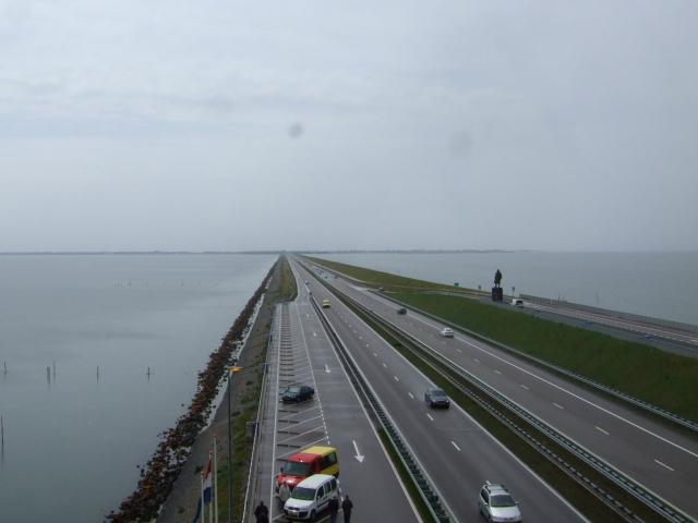 大堤防の道 ・・・ 走って来た道を遠望する