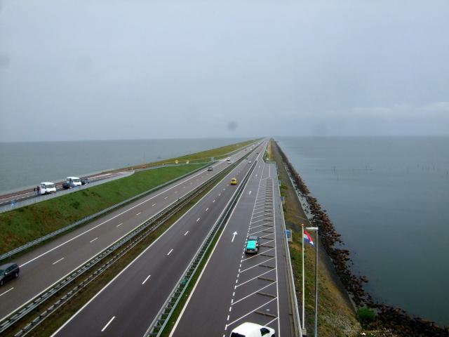 大堤防の道 ・・・ これから向かう道を遠望する