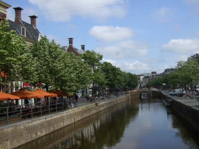 旧市街地の運河 運河沿いは憩いの場 2011/06/06 Photo by Kohyuh