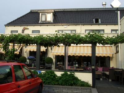 ハヤブサホテルのレストラン 2011/06/06 Photo by Kohyuh