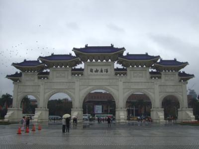 《自由広場門》 広場の中から見た自由広場門 2012/02/25 Photo by Kohyuh