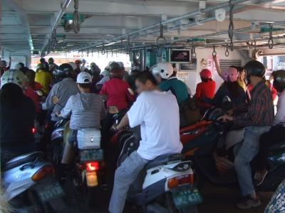 旗津フェリーのバイクの列 2012/03/05 Photo by Kohyuh