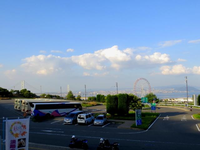 淡路ハイウェイオアシス 京阪宇治交通バスのうらら(大型バスの一番手前) Photo by Kohyuh 2013/09/24