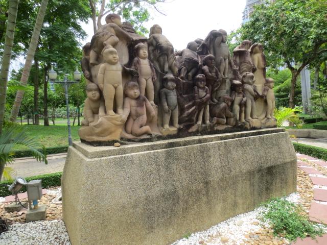 ベンチャシリ公園の子供の群像 (3景-3) 2014/07/20 Photo by Kohyuh